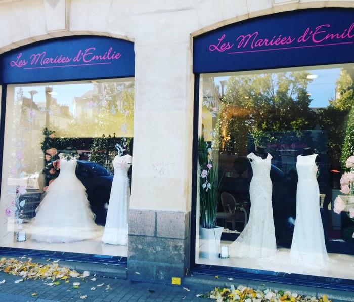 La vitrine vue de l'extérieur avec ses robes de mariées.
