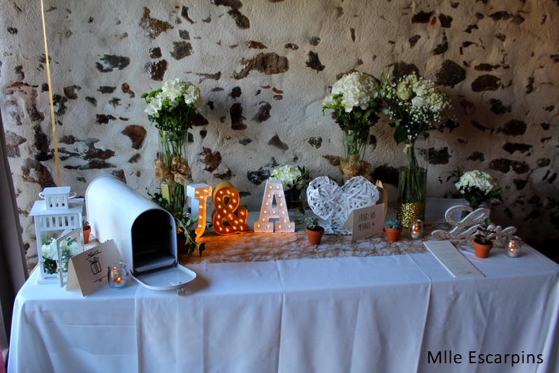 Table à l'entrée : urne, déco et espace pour laisser des messages